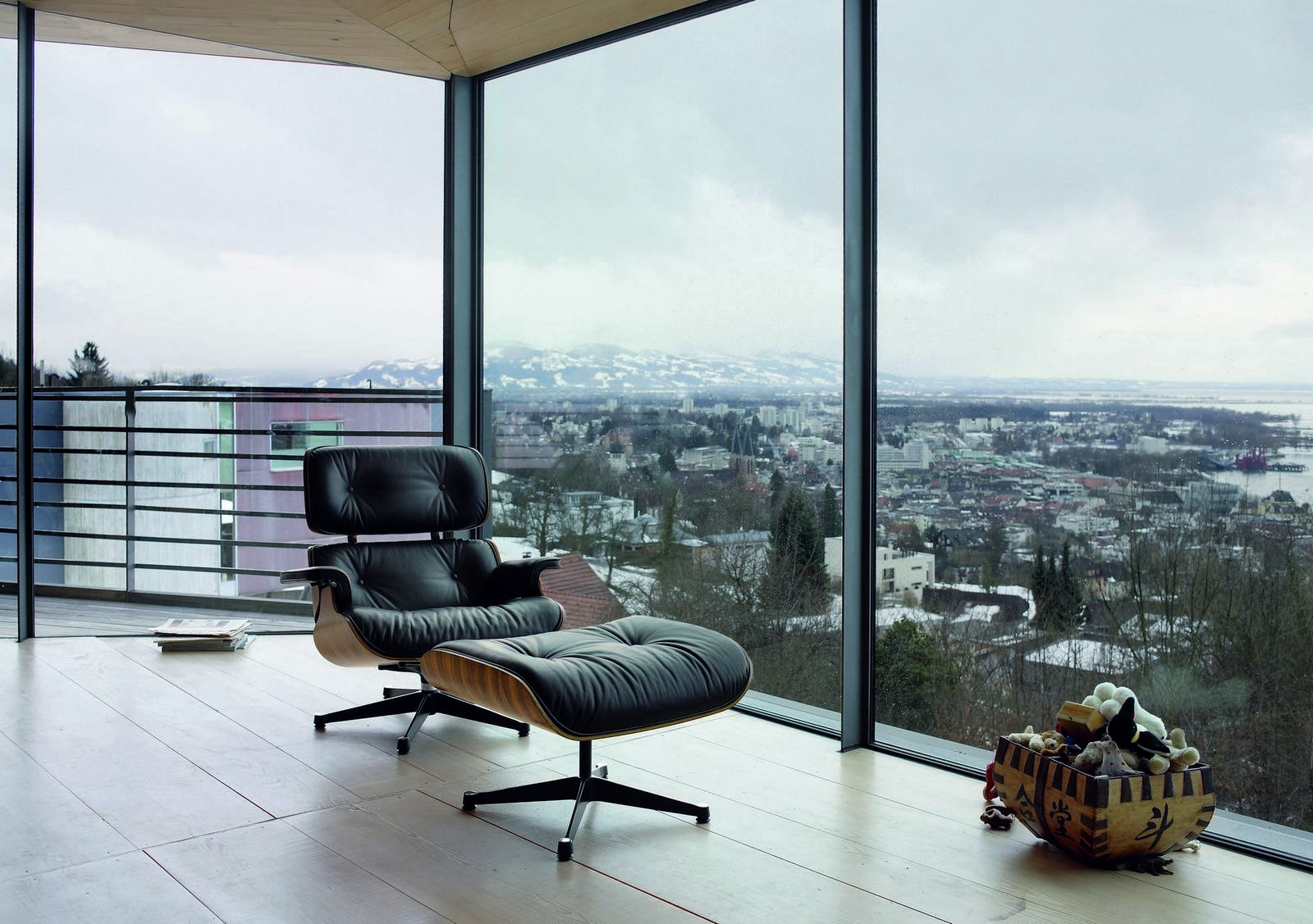 The Best Eames Lounge Chair according to Reddit Communities